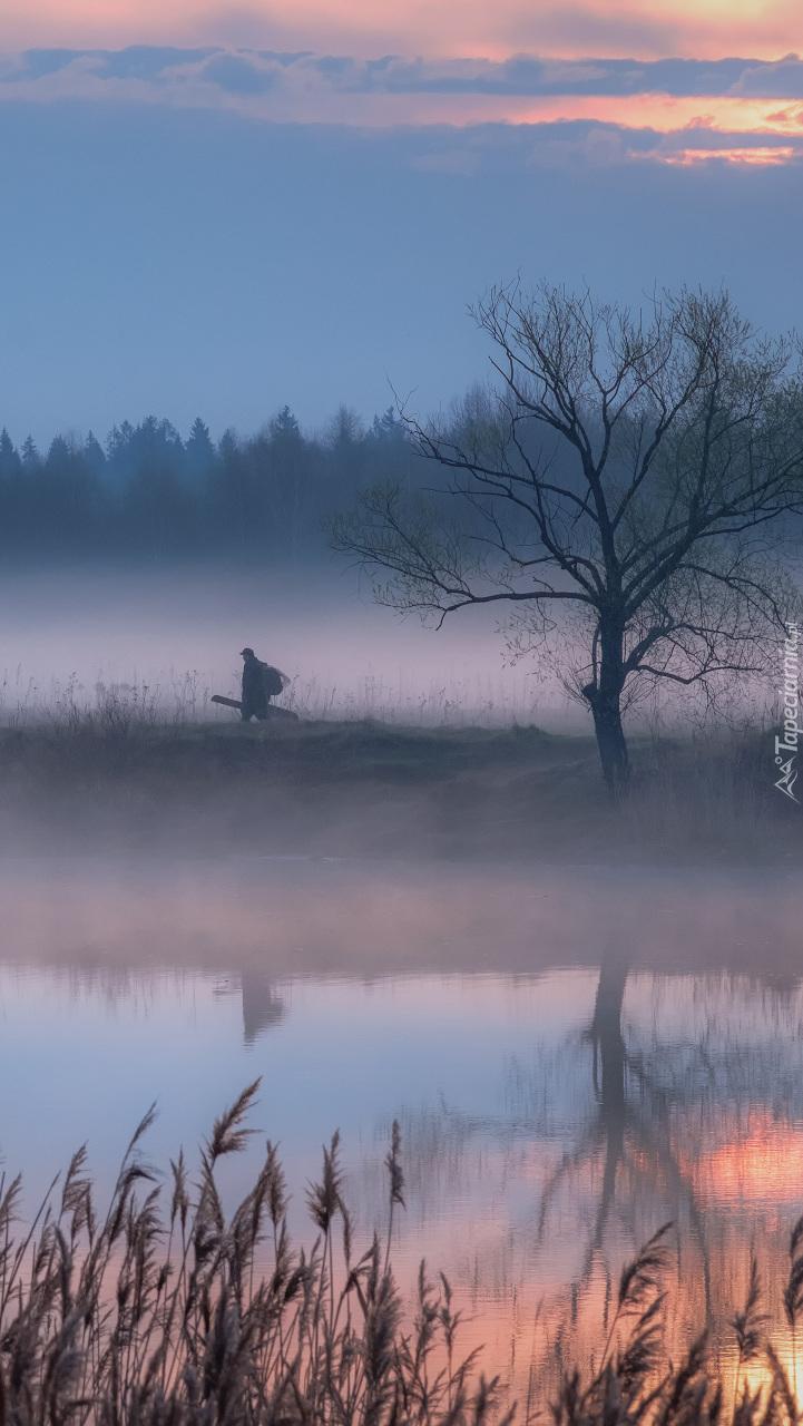 Rzeka i wędrowiec we mgle