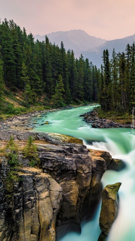 Rzeka i wodospad Sunwapta