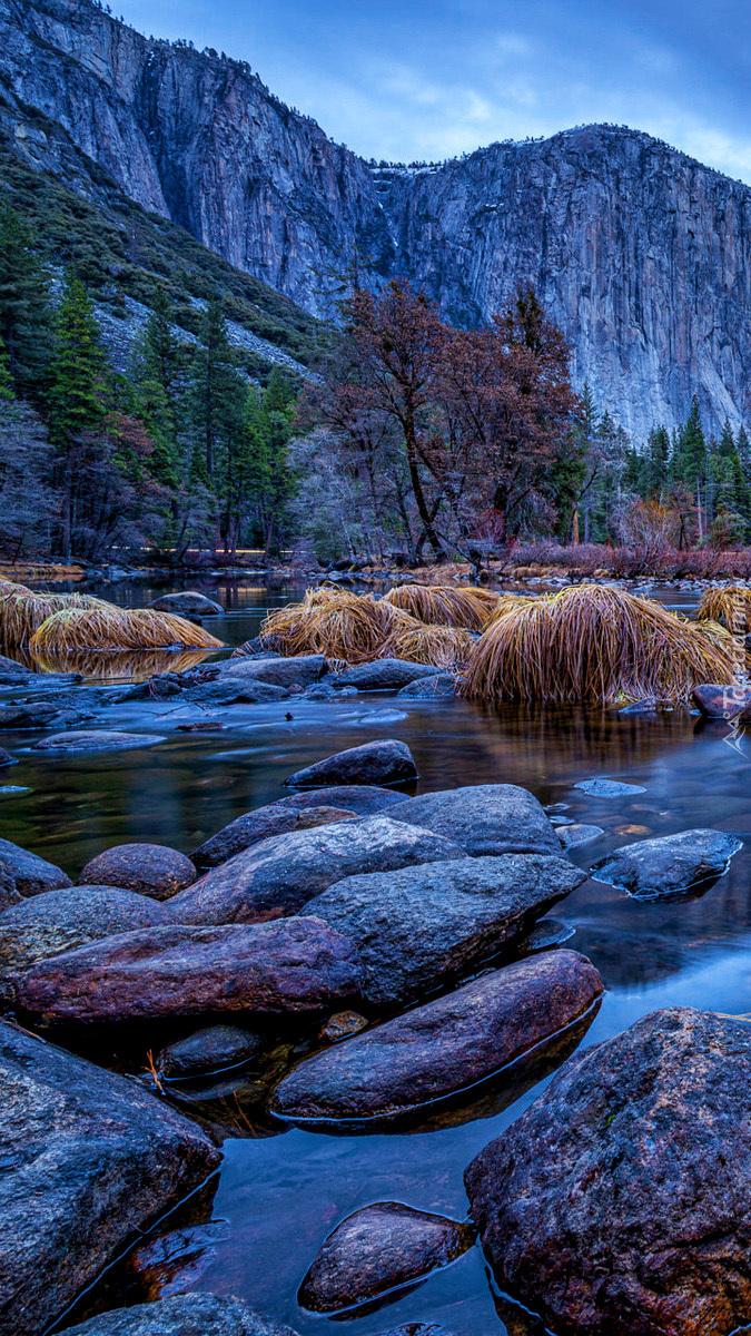 Rzeka Merced River i góry Sierra Nevada