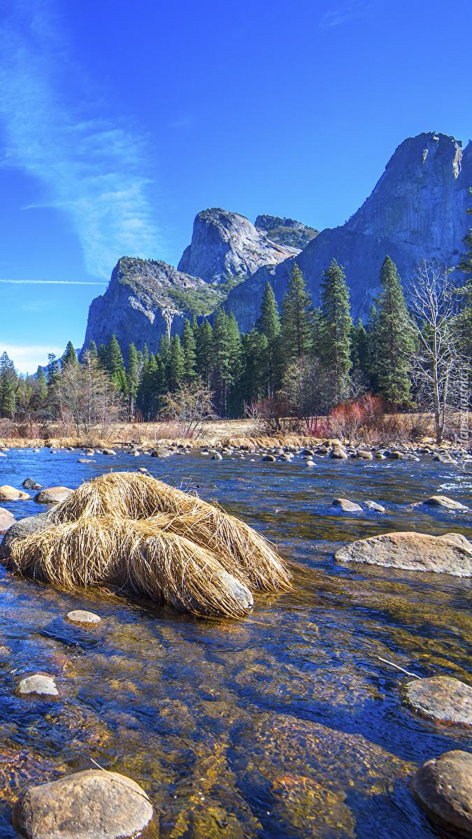 Rzeka Merced River w górach Sierra Nevada