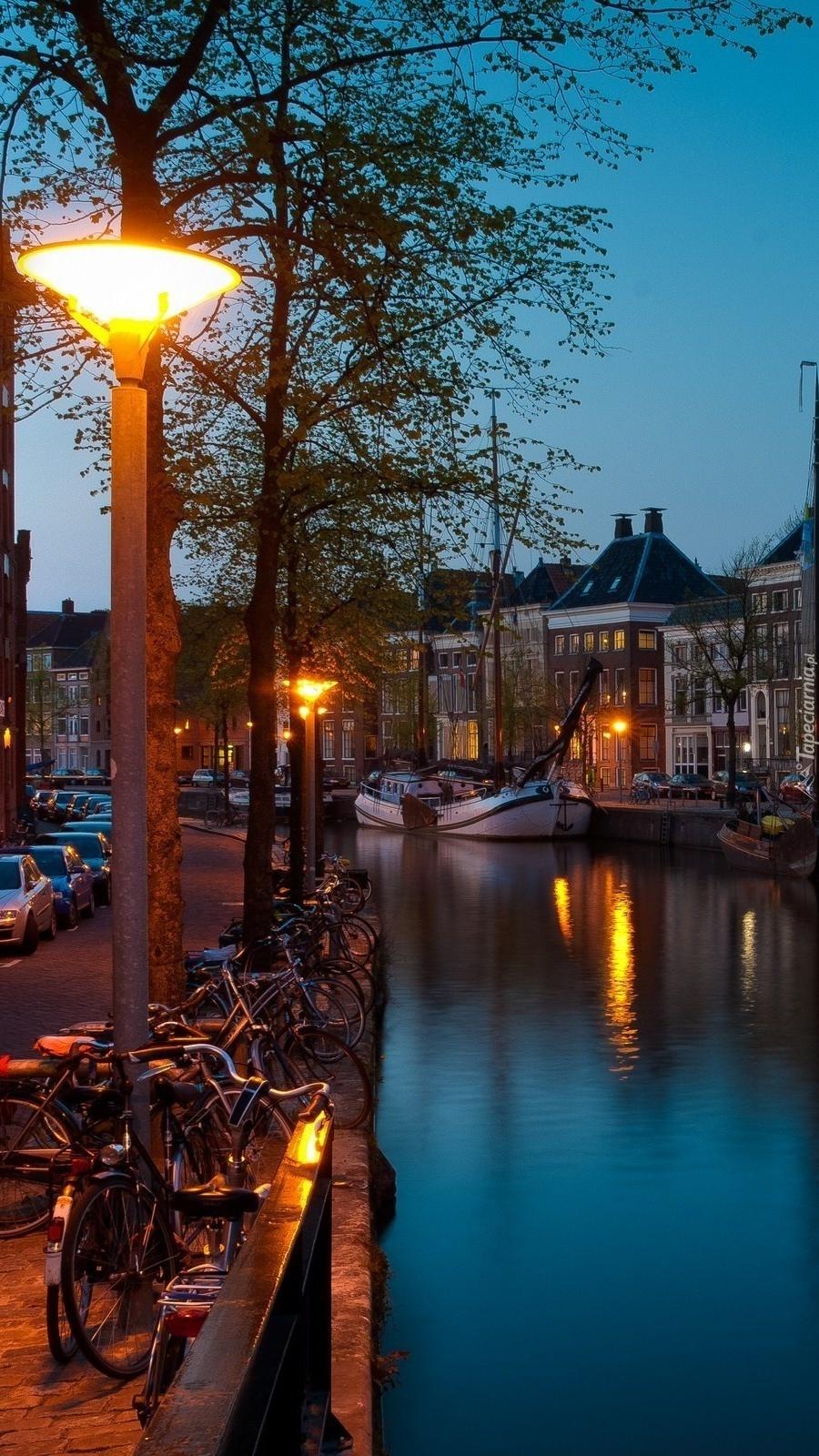 Rzeka nocą w Amsterdamie