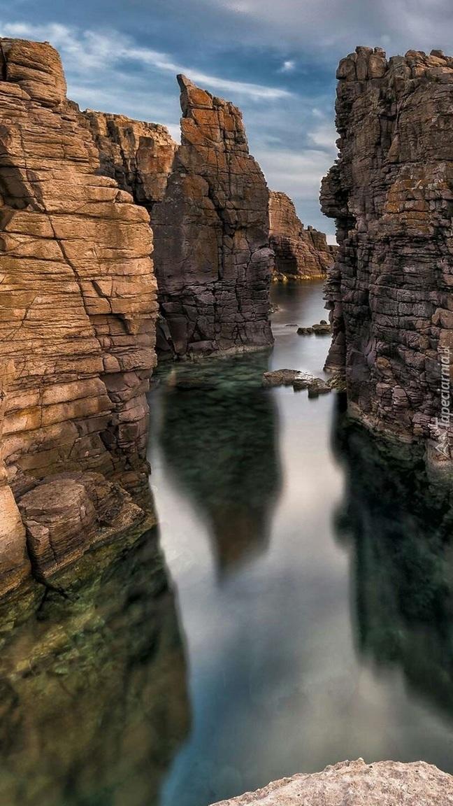 Rzeka płynąca między skałami