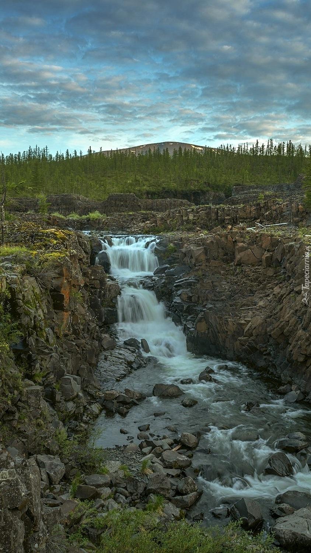 Rzeka pośród skał