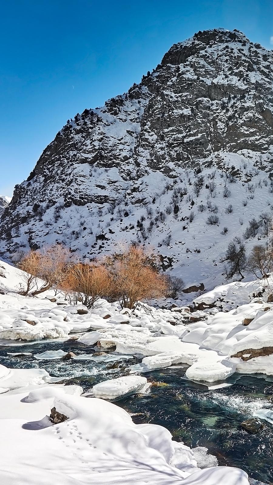 Rzeka Siama w zimowych górach Gissar