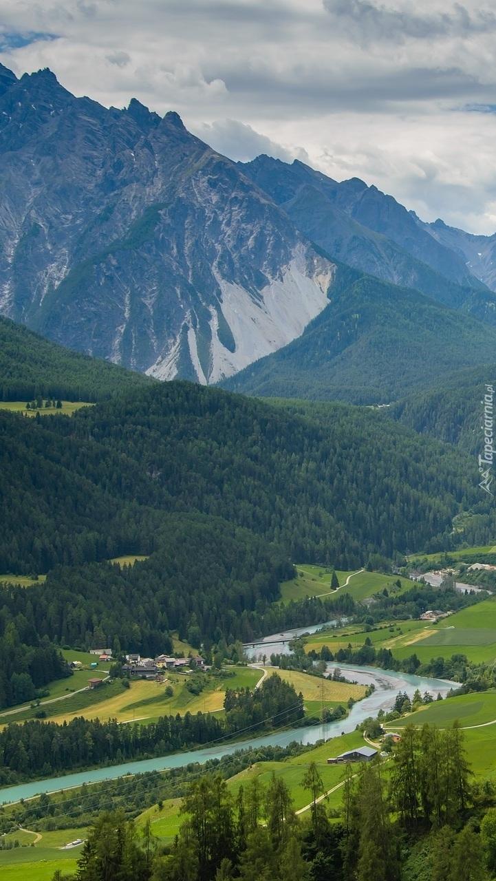 Rzeka w dolinie górskiej