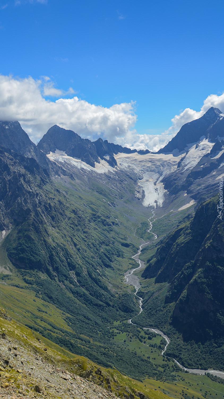 Rzeka w górskiej dolinie
