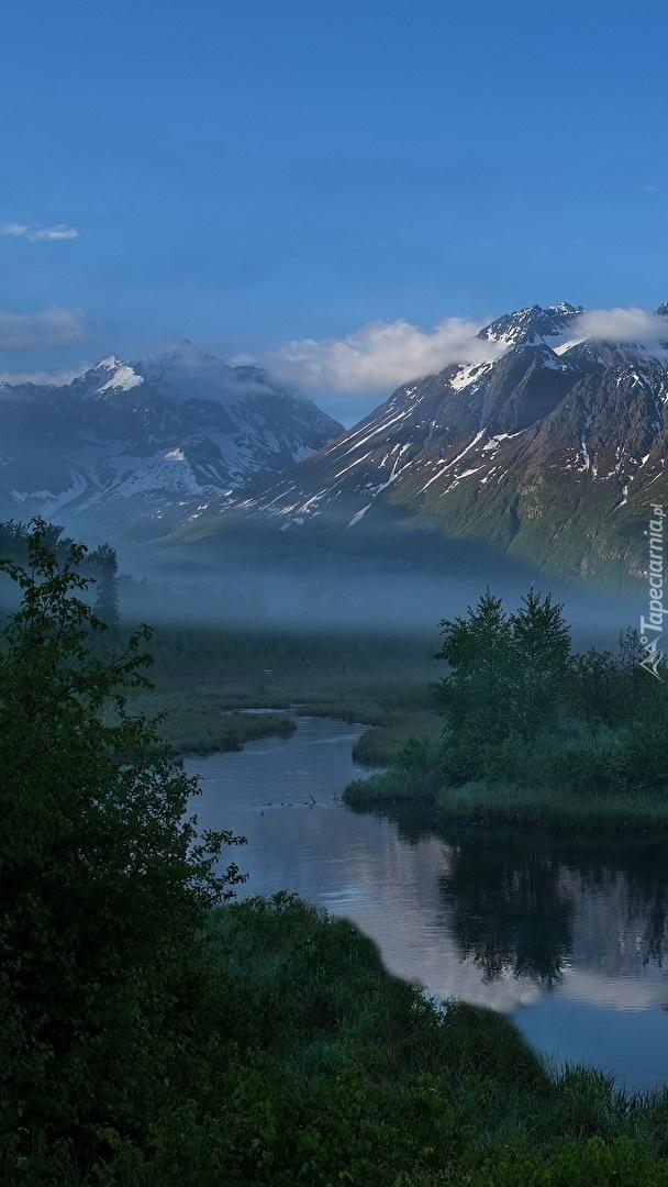 Rzeka we mgle u podnóża gór