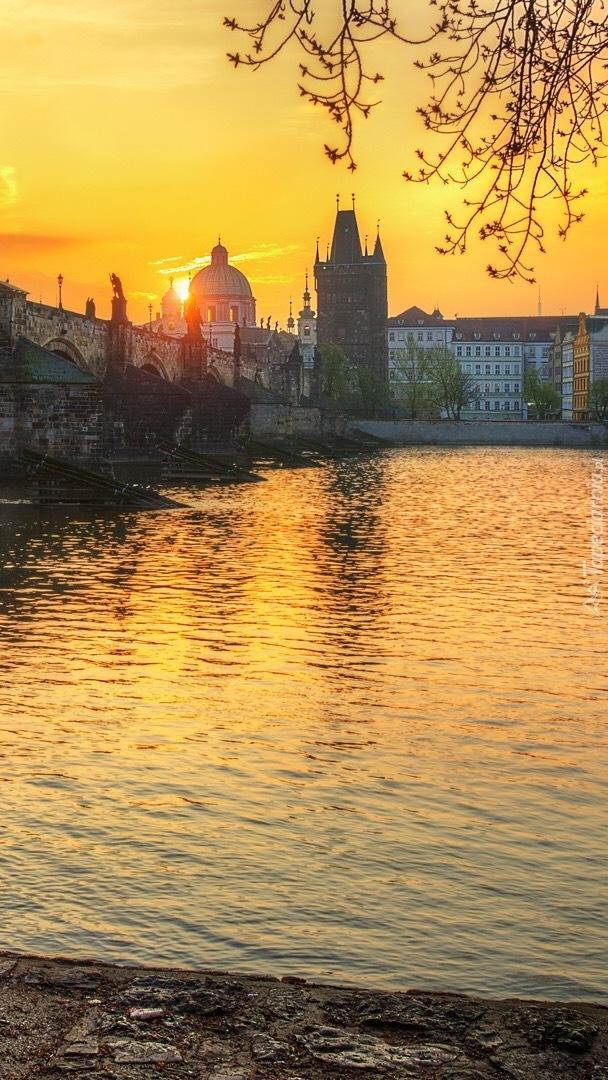 Rzeka Wełtawa z widokiem na Most Karola w Pradze