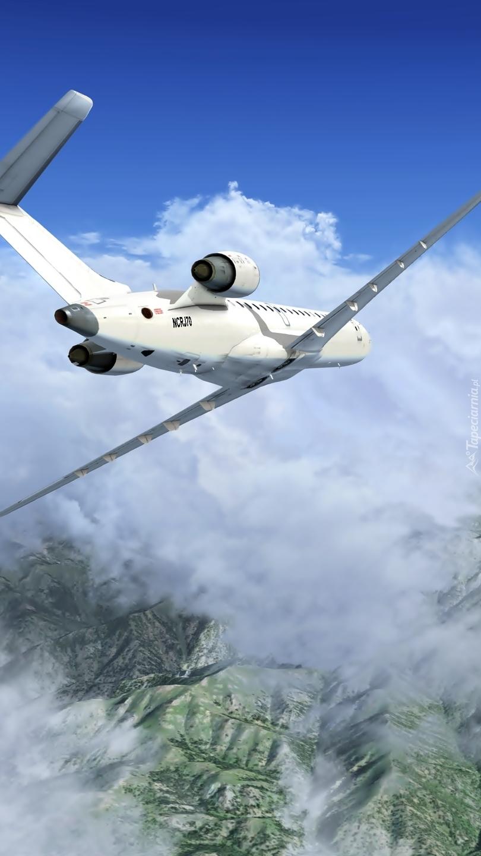 Samolot nad górami w chmurach