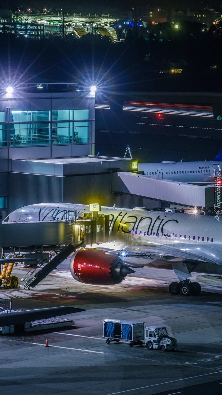 Samolot pasażerski na lotnisku nocą