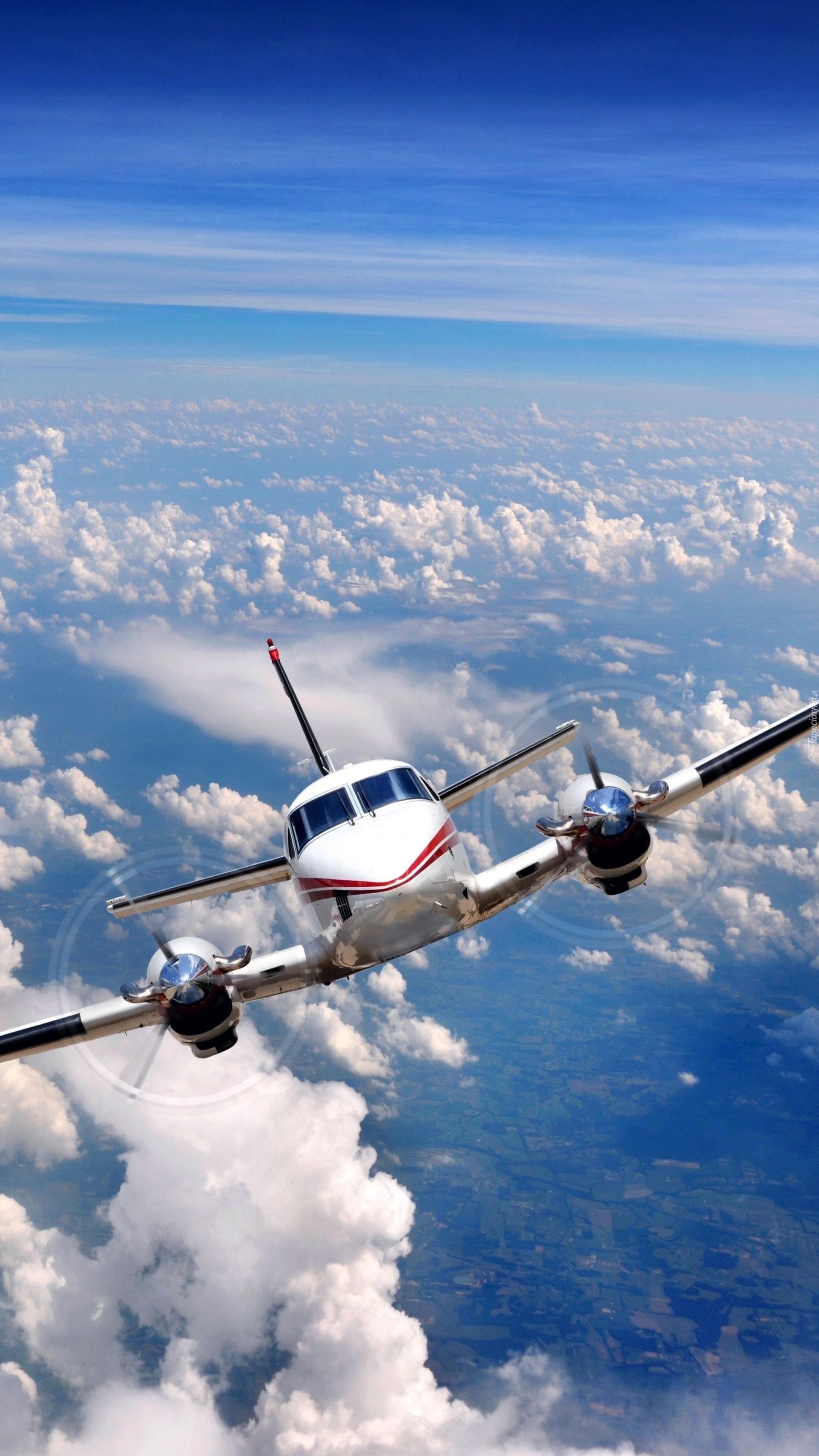 Samolot ponad chmurami