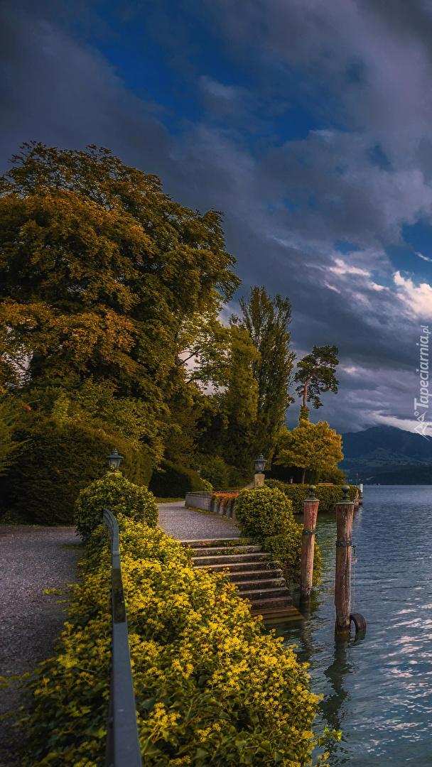 Schody nad jeziorem Thunersee w Szwajcarii