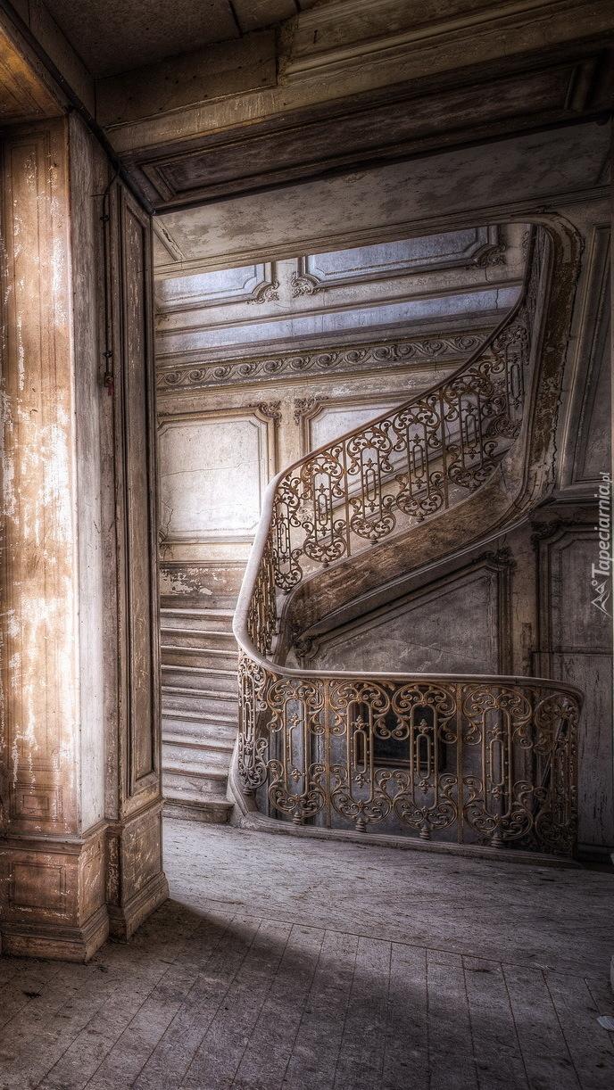 Schody w zaniedbanym korytarzu