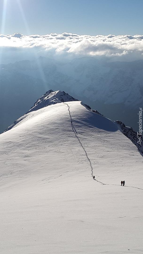 Ścieżka na zaśnieżony szczyt