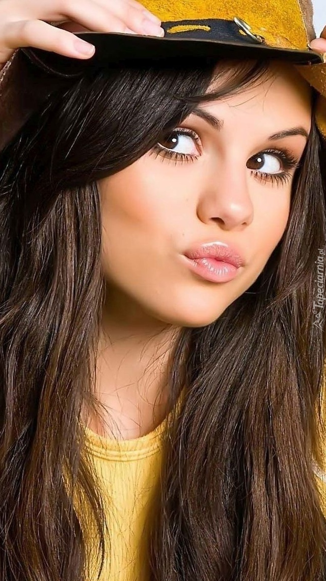 Selena Gomez w kapeluszu
