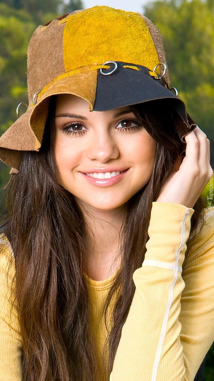 Selena w kapeluszu