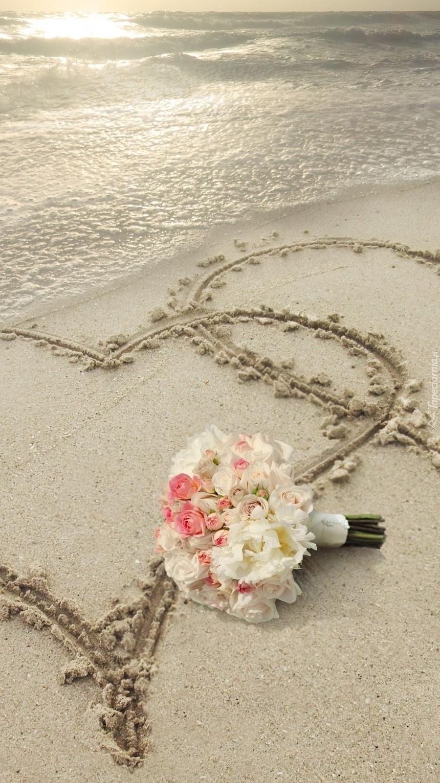 Serca na piasku obok wiązanki