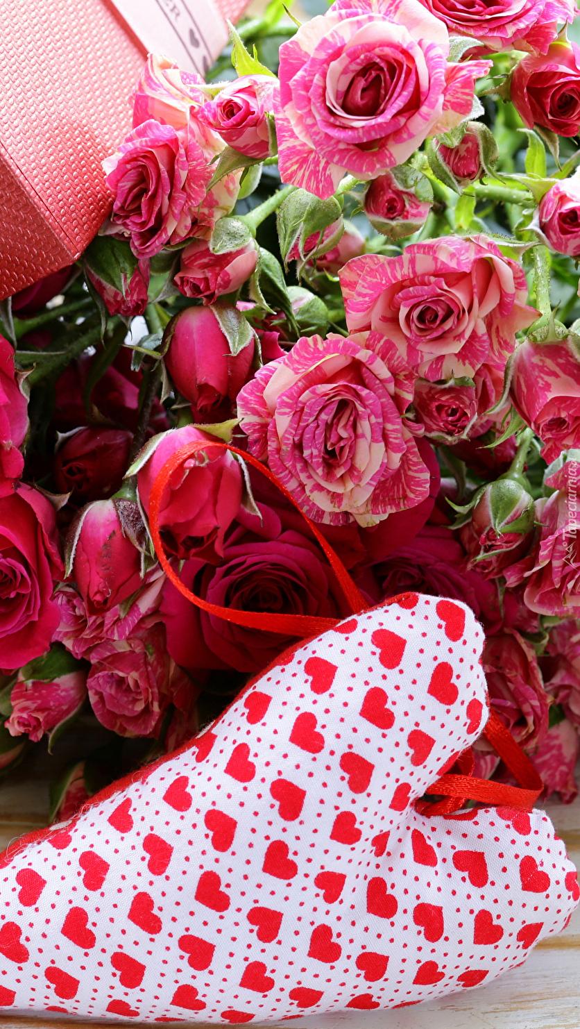 Serce obok bukietu róż
