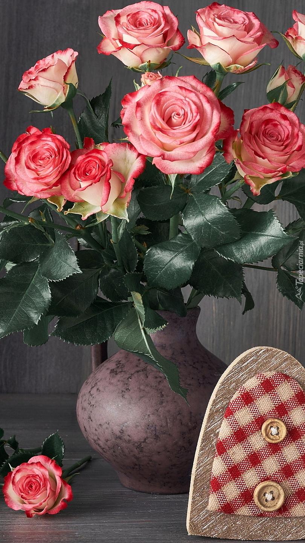Serce przy wazonie z różami