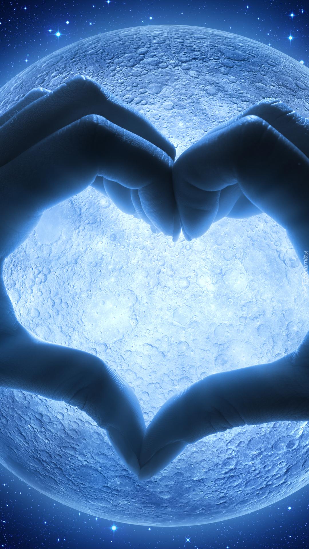 Serce z dłoni w blasku księżyca