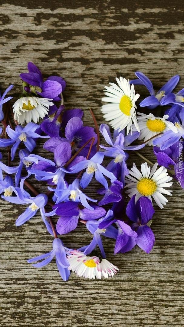 Serce z kwiatów na desce
