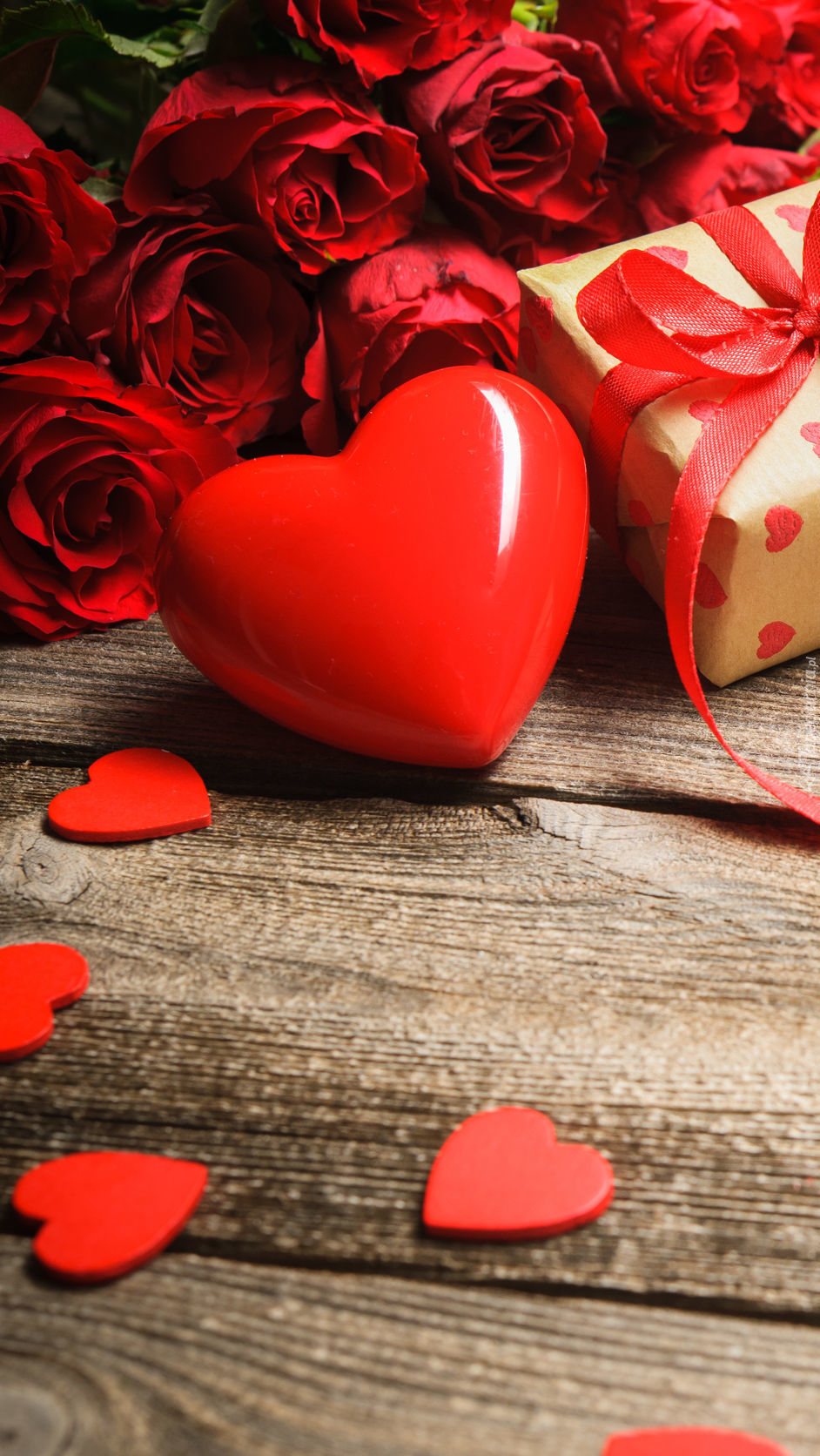 Serce z różami i prezentem
