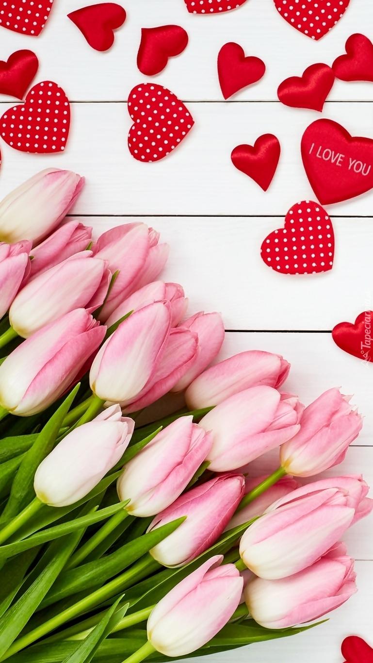 Serduszka nad różowymi tulipanami