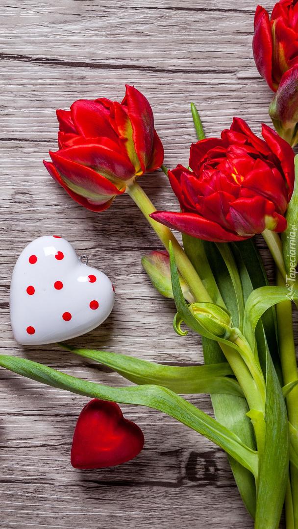 Serduszka obok tulipanów na desce