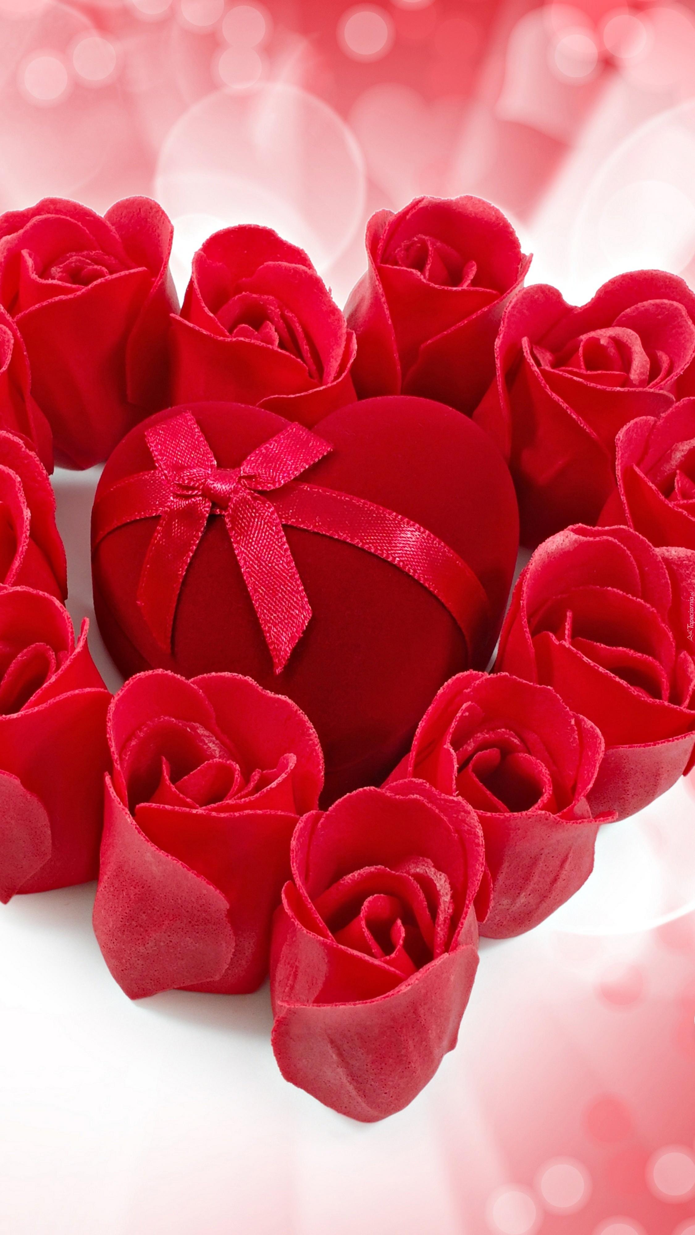 Serduszko otoczone różami