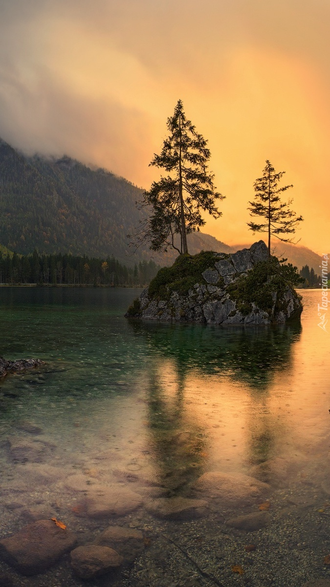 Skała na środku jeziora Hintersee