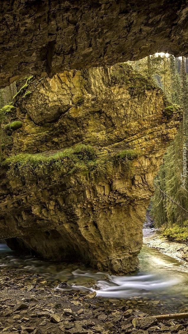 Skała przy jaskini