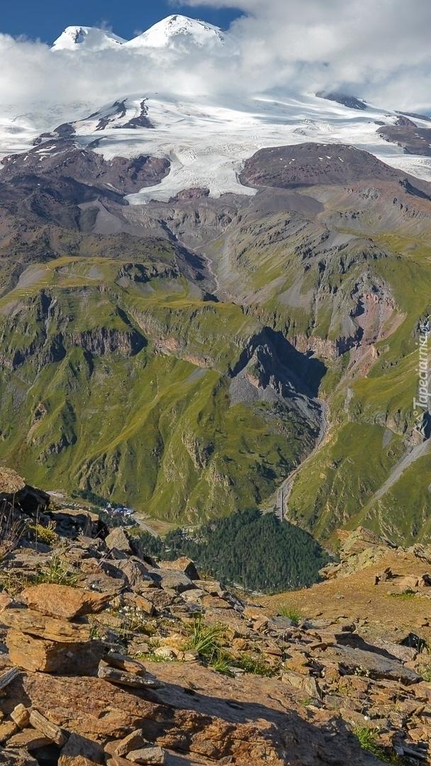 Skaliste góry i zaśnieżone szczyty