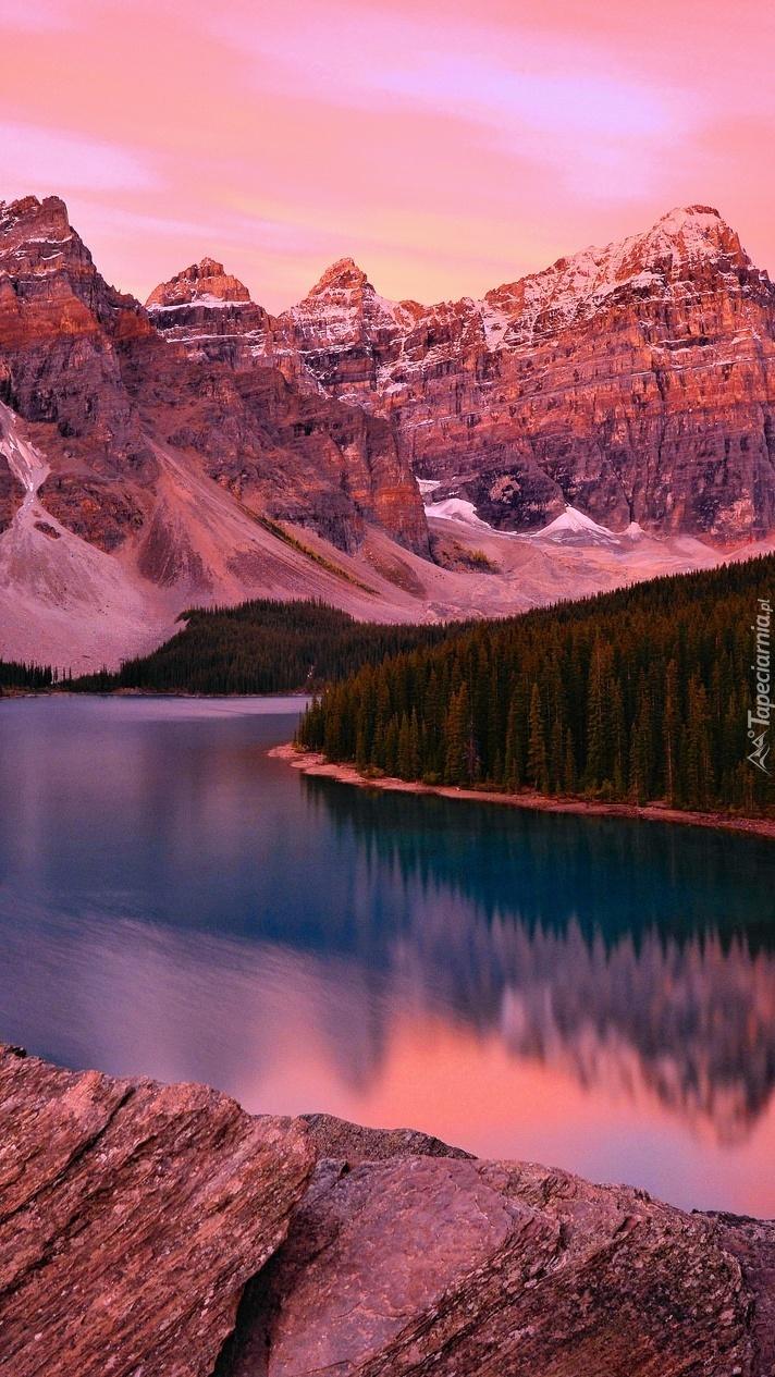 Skaliste góry nad jeziorem