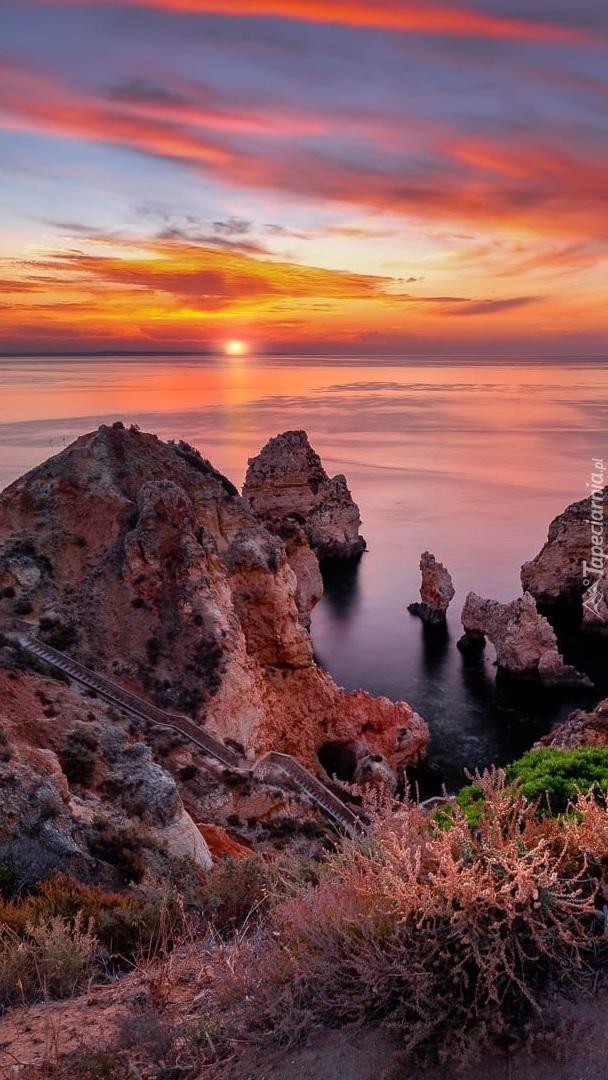 Skaliste wybrzeże w blasku zachodzącego słońca