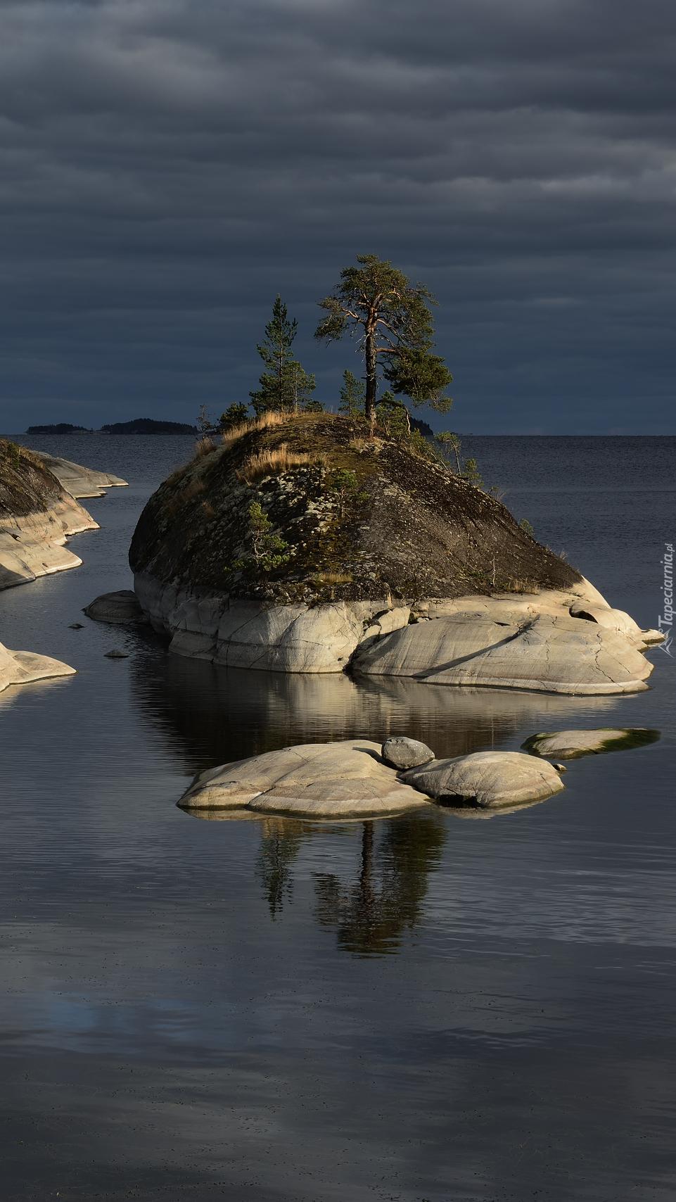 Skalna wysepka na jeziorze Ładoga