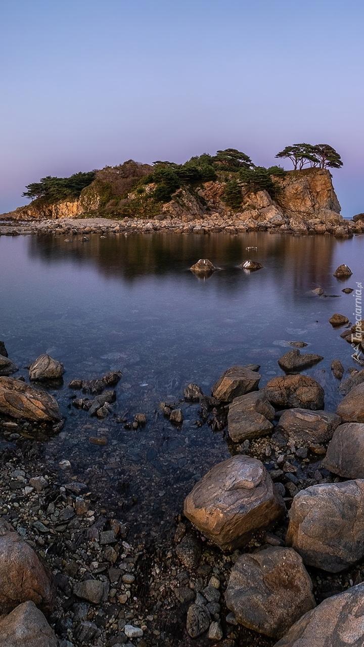 Skalna wysepka na jeziorze