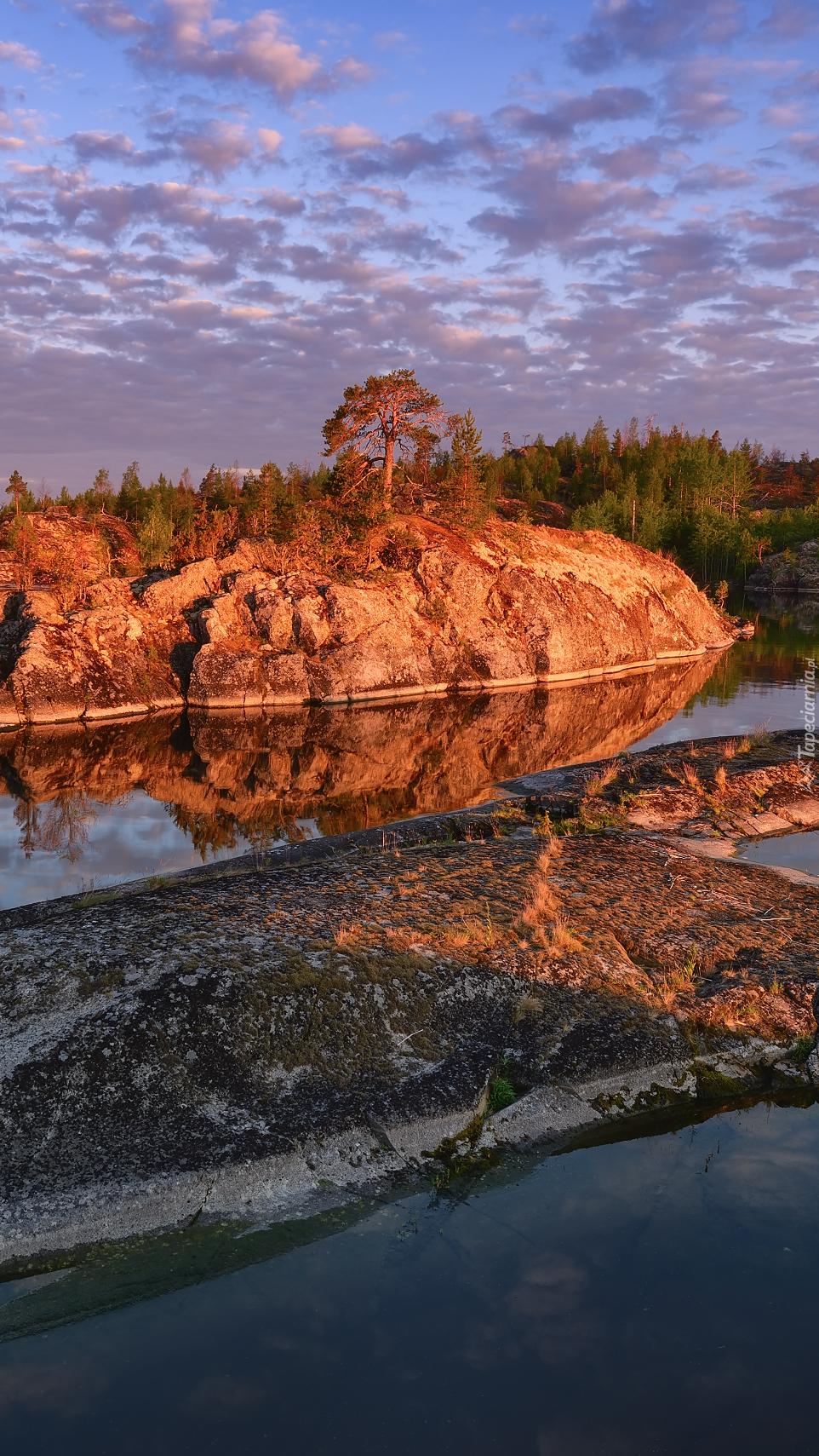 Skalne wysepki na jeziorze Ładoga