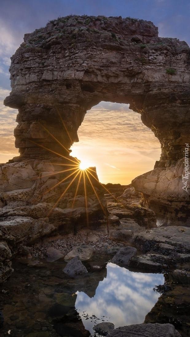 Skalny łuk w promieniach słońca