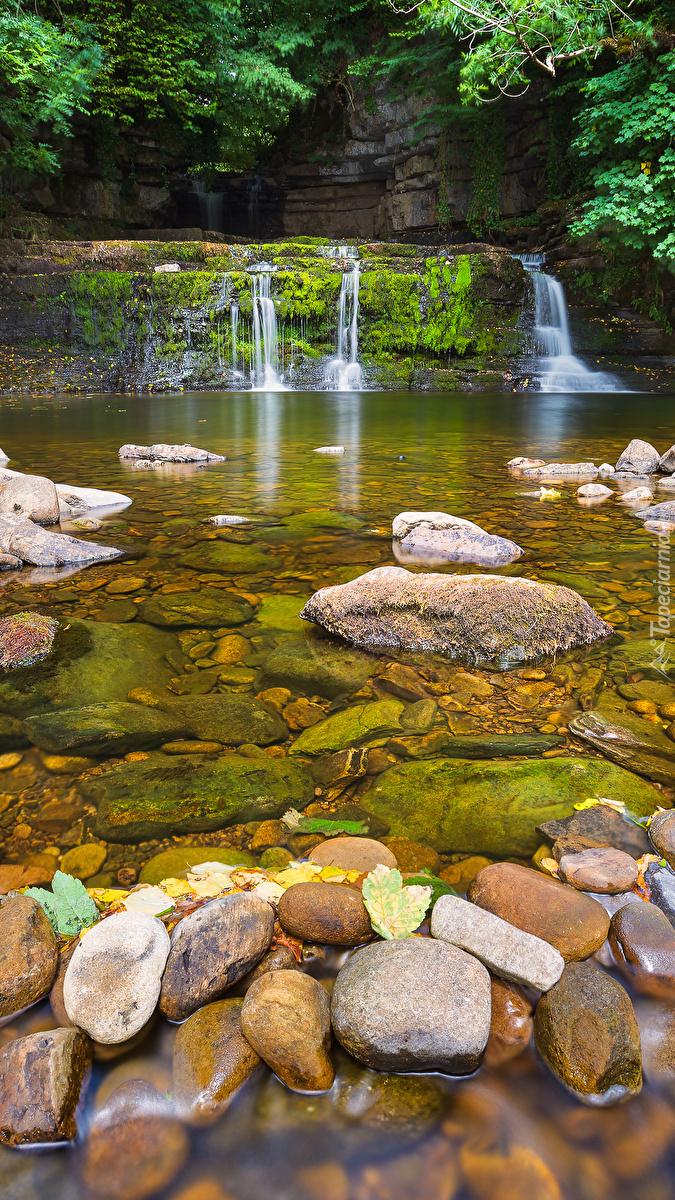 Skalny próg na kamienistej rzece