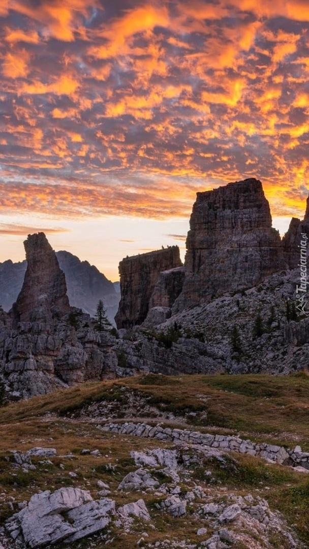 Skały Cinque Torri o zachodzie słońca