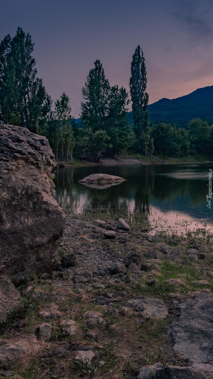 Skały i drzewa na brzegu jeziora