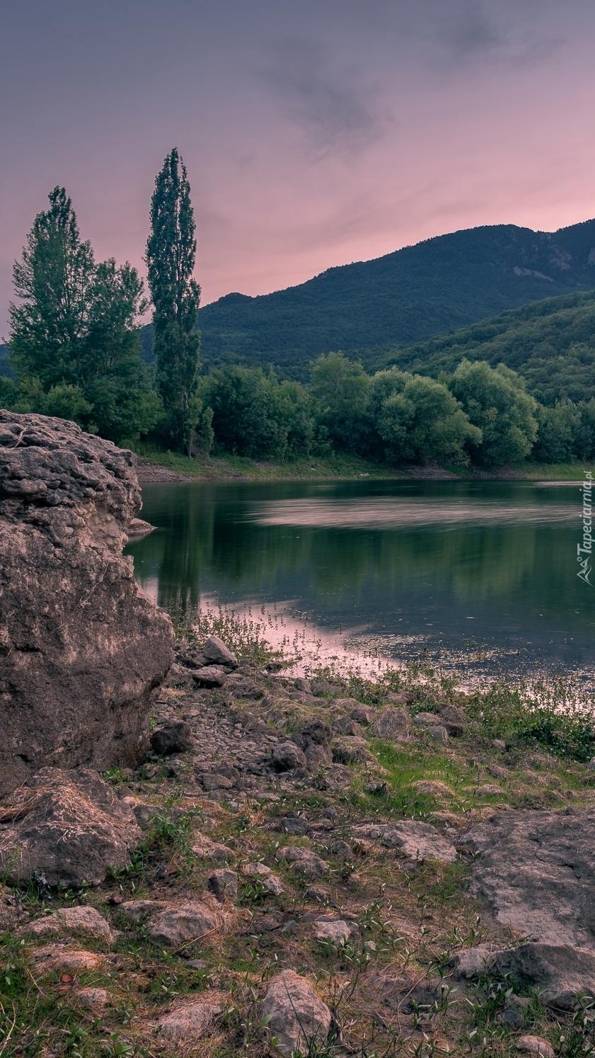 Skały i drzewa nad jeziorem