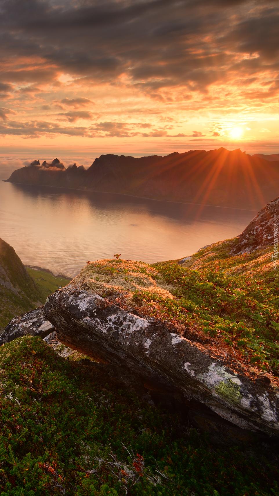 Skały i góra Husfjellet nad morzem Norweskim