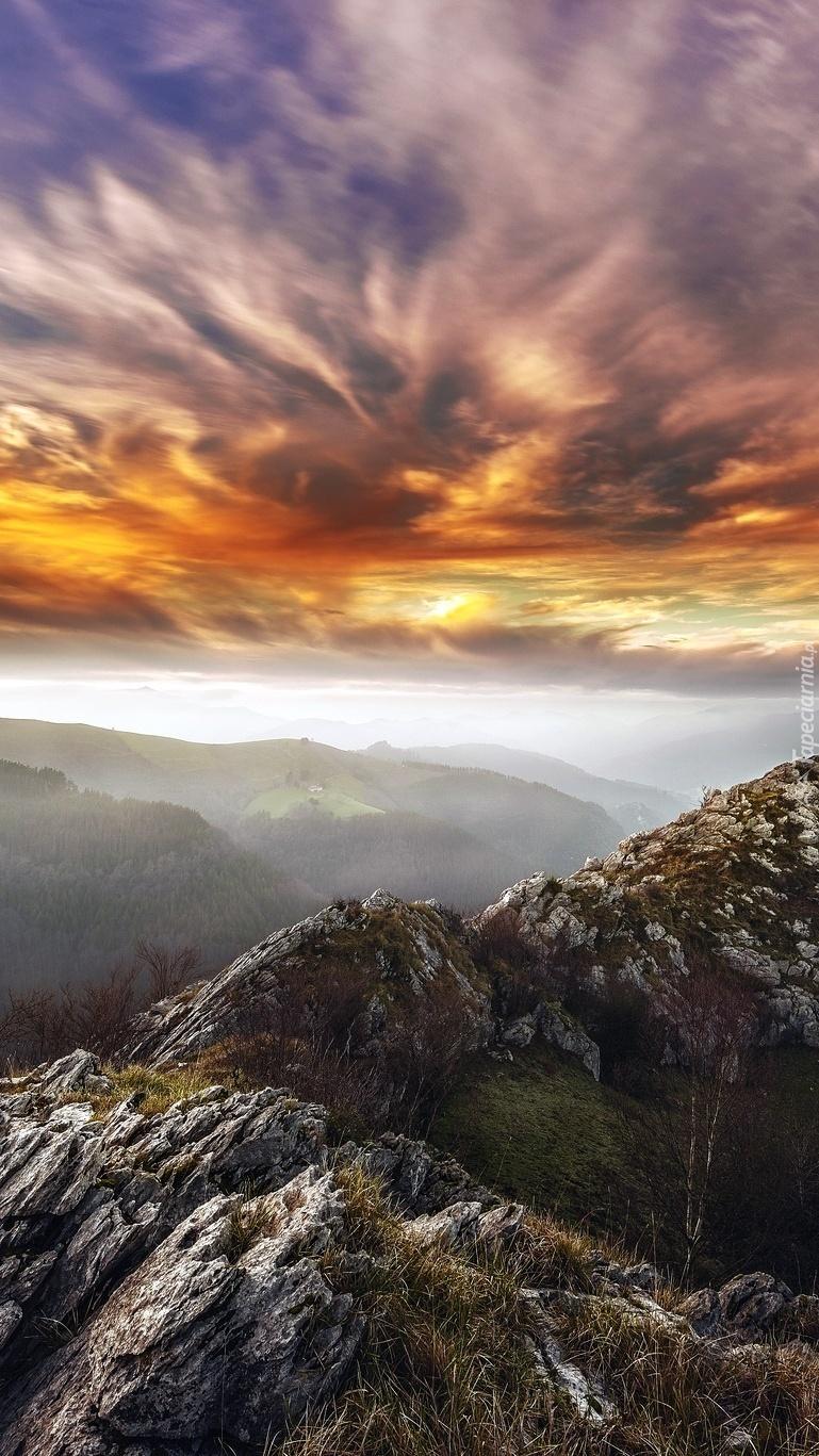 Skały i góry we mgle