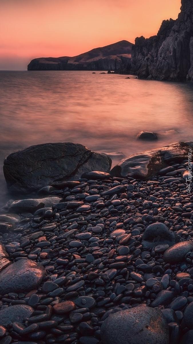 Skały i kamienie na brzegu morza Japońskiego