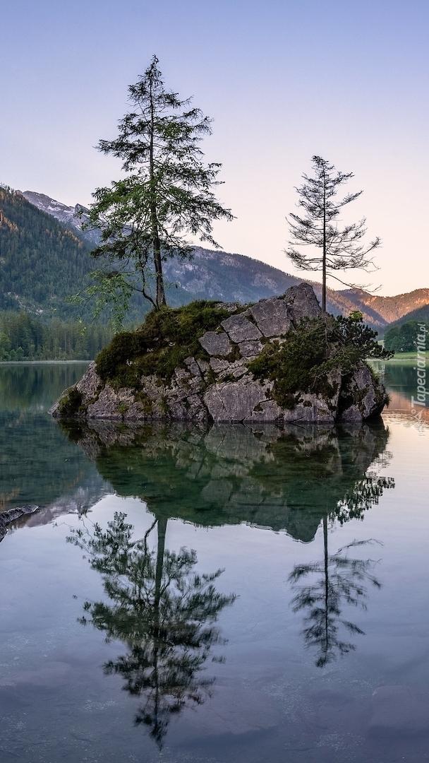 Skały na jeziorze Hintersee