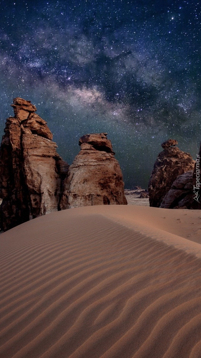 Skały na pustyni nocą