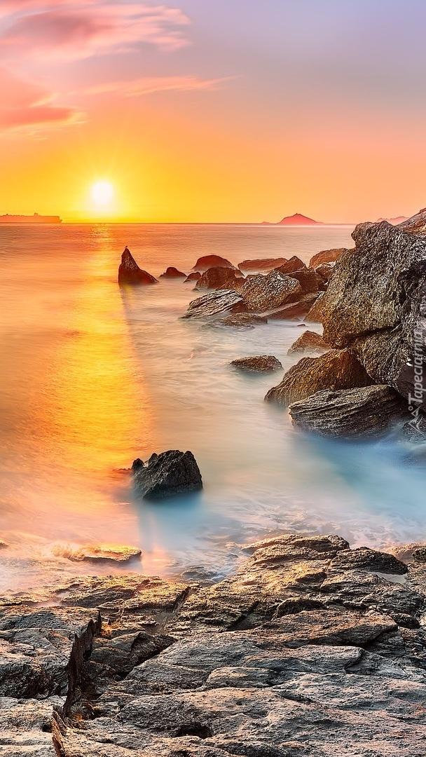 Skały nad morzem o wschodzie słońca