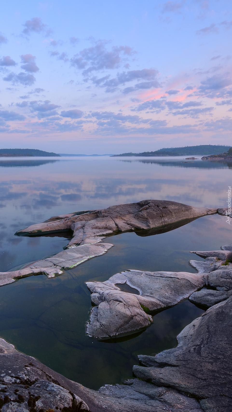 Skały w jeziorze Ładoga