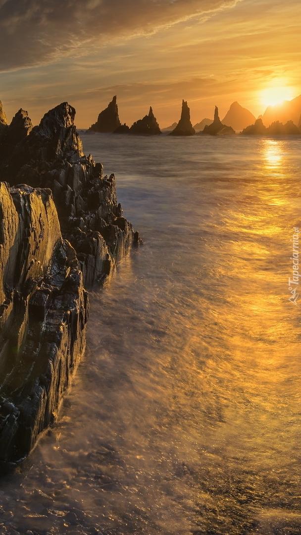 Skały w morzu w zachodzącym słońcu